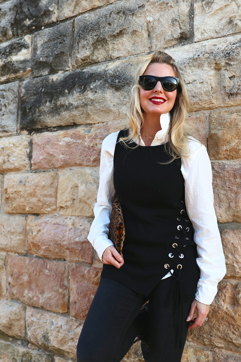 I love popping a white collar to add a little sophistication to an otherwise simple and sporty look. The sneakers by new balance in black and gold add an athleisure vibe, very effortless... the perfect mix of fashion and function