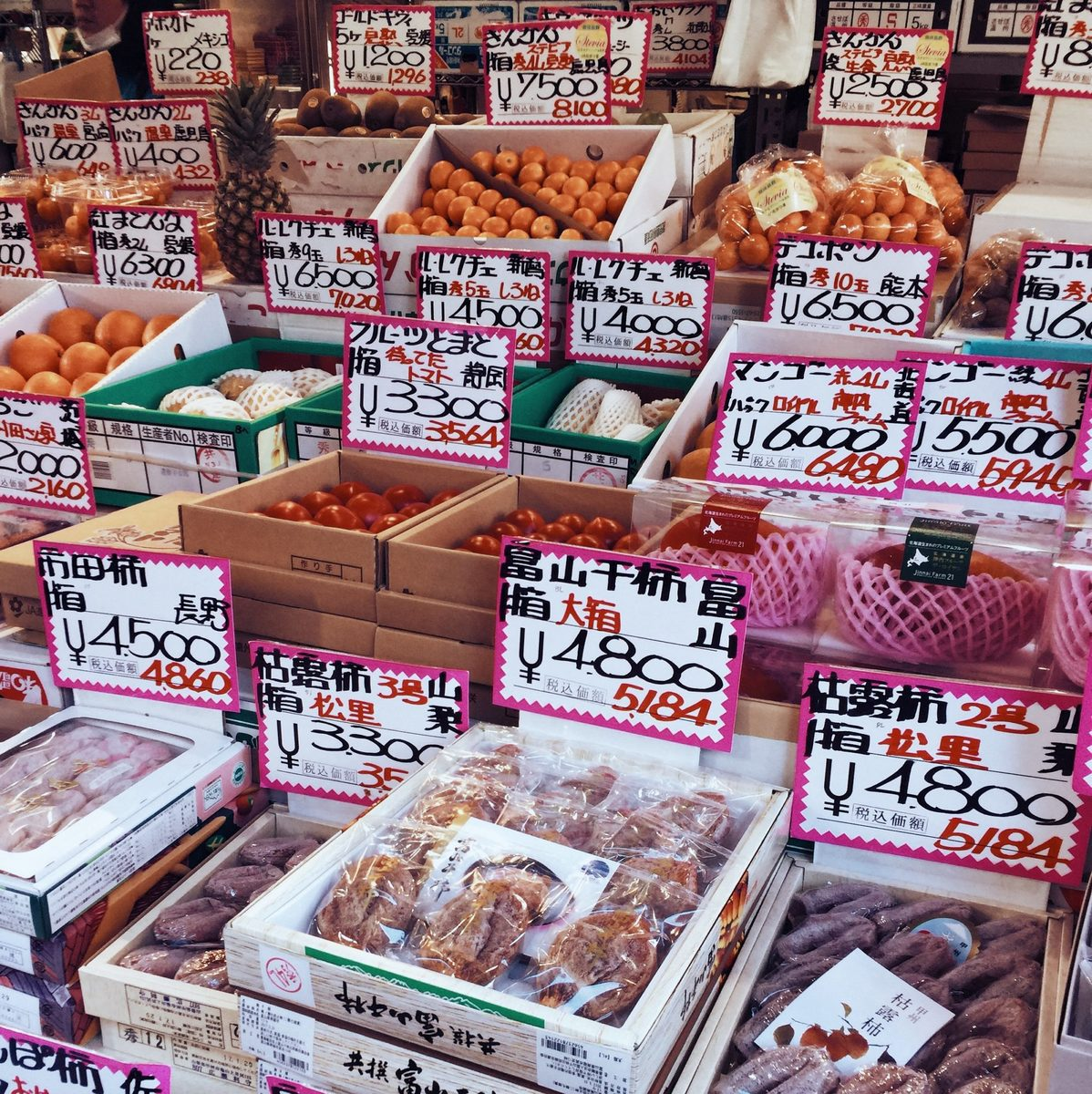 the crazy fish market in tokyo japan, what to do in tokyo, places to see before you die