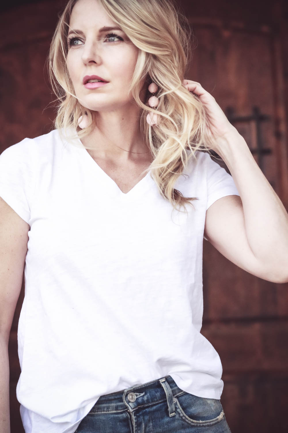 spring wardrobe basics with nordstrom. In this picture, Erin Busbee of busbeestyle from san antonio, texas is wearing an eileen fisher white cotton tee that is not see through
