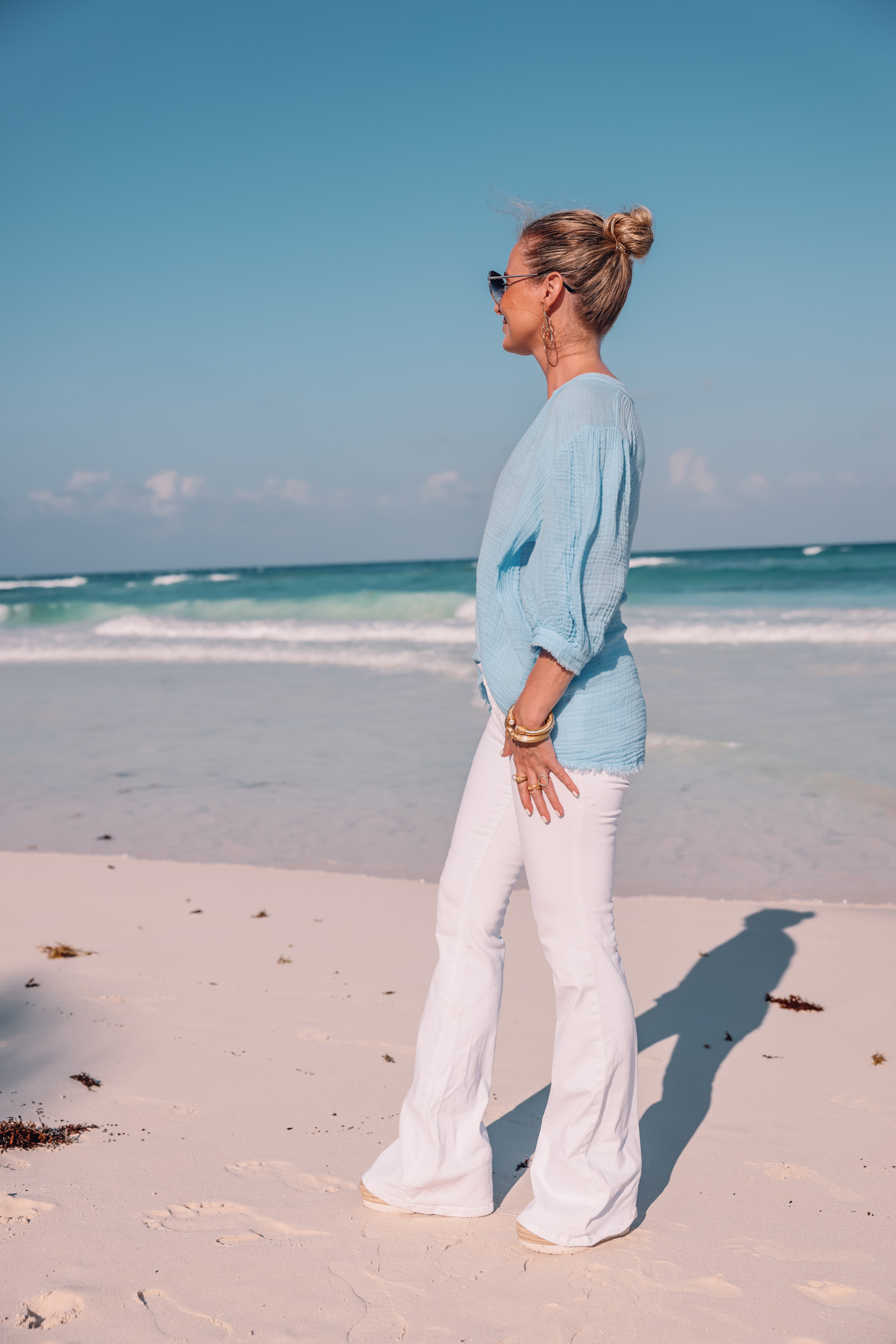 long tops to wear with white jeans, long tops that cover your bottom, long tops with white jeans, tops to wear with white jeans, blue 9seed puff sleeve top, white jeans, erin busbee