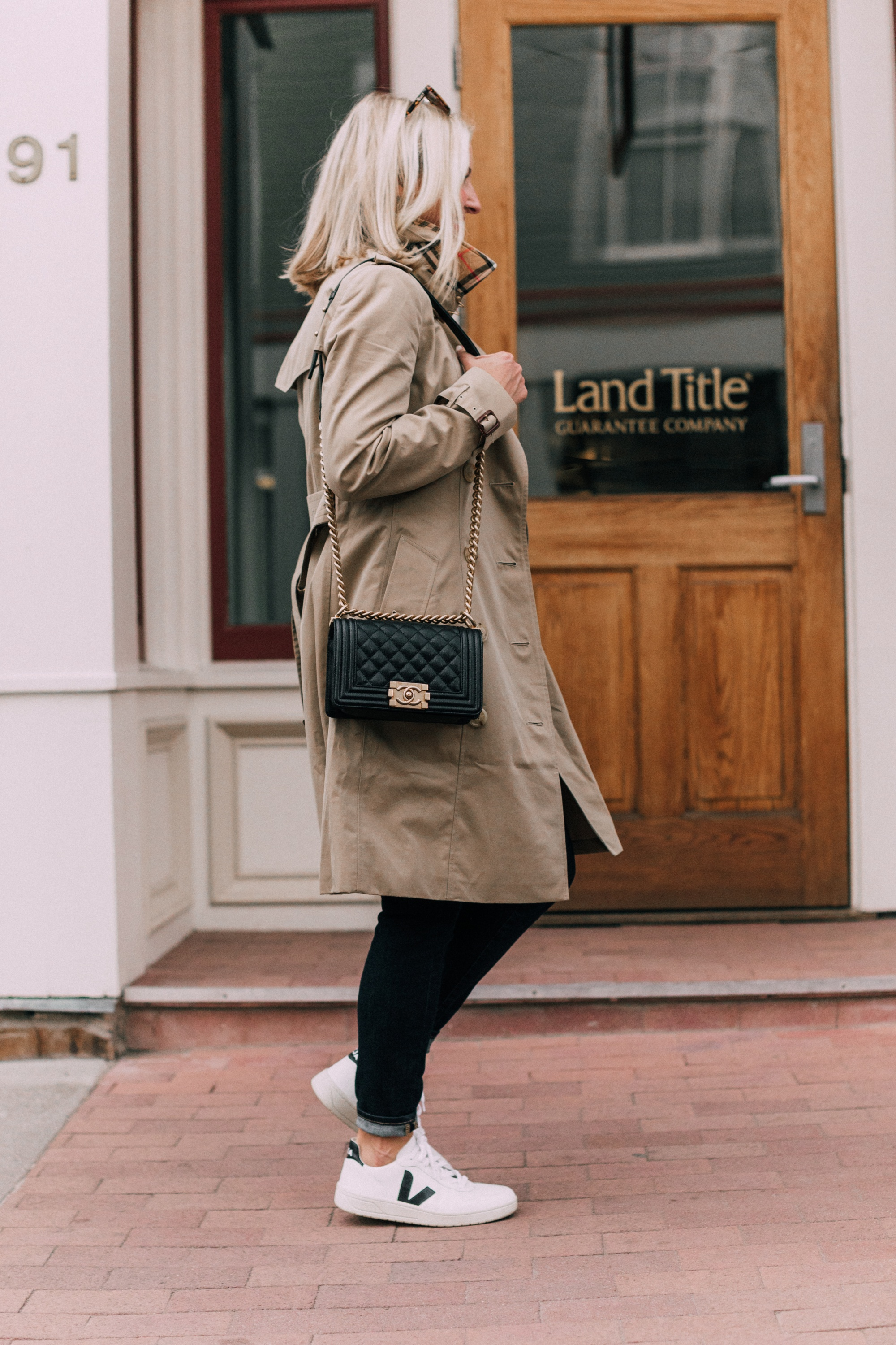 Burberry Chelsea Slim Fit Heritage trench coat with blue jeans veja v-10 white sneakers chanel boy bag outfit