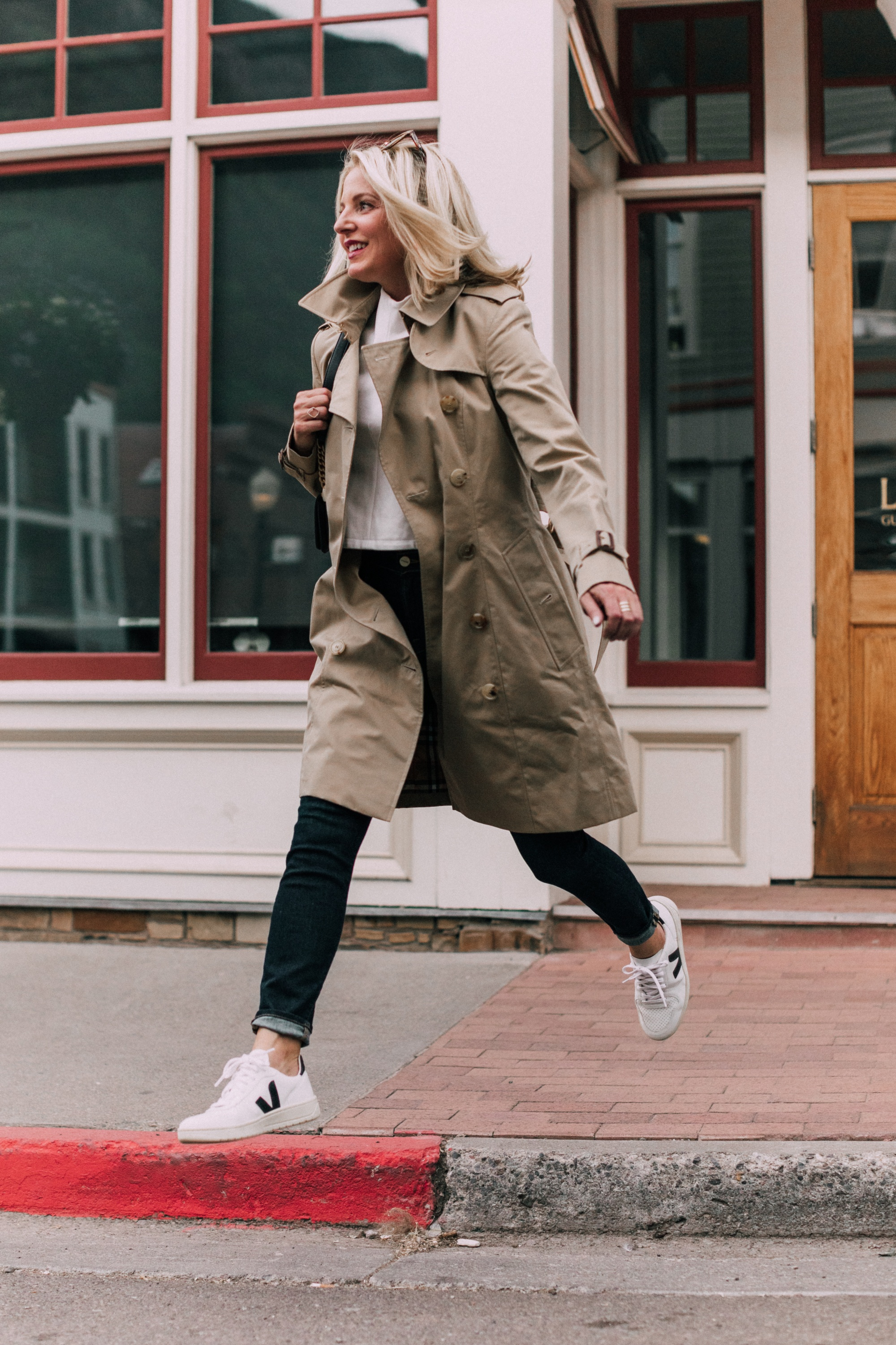Burberry Chelsea Slim Fit Heritage trench coat with blue jeans veja v-10 white sneakers outfit
