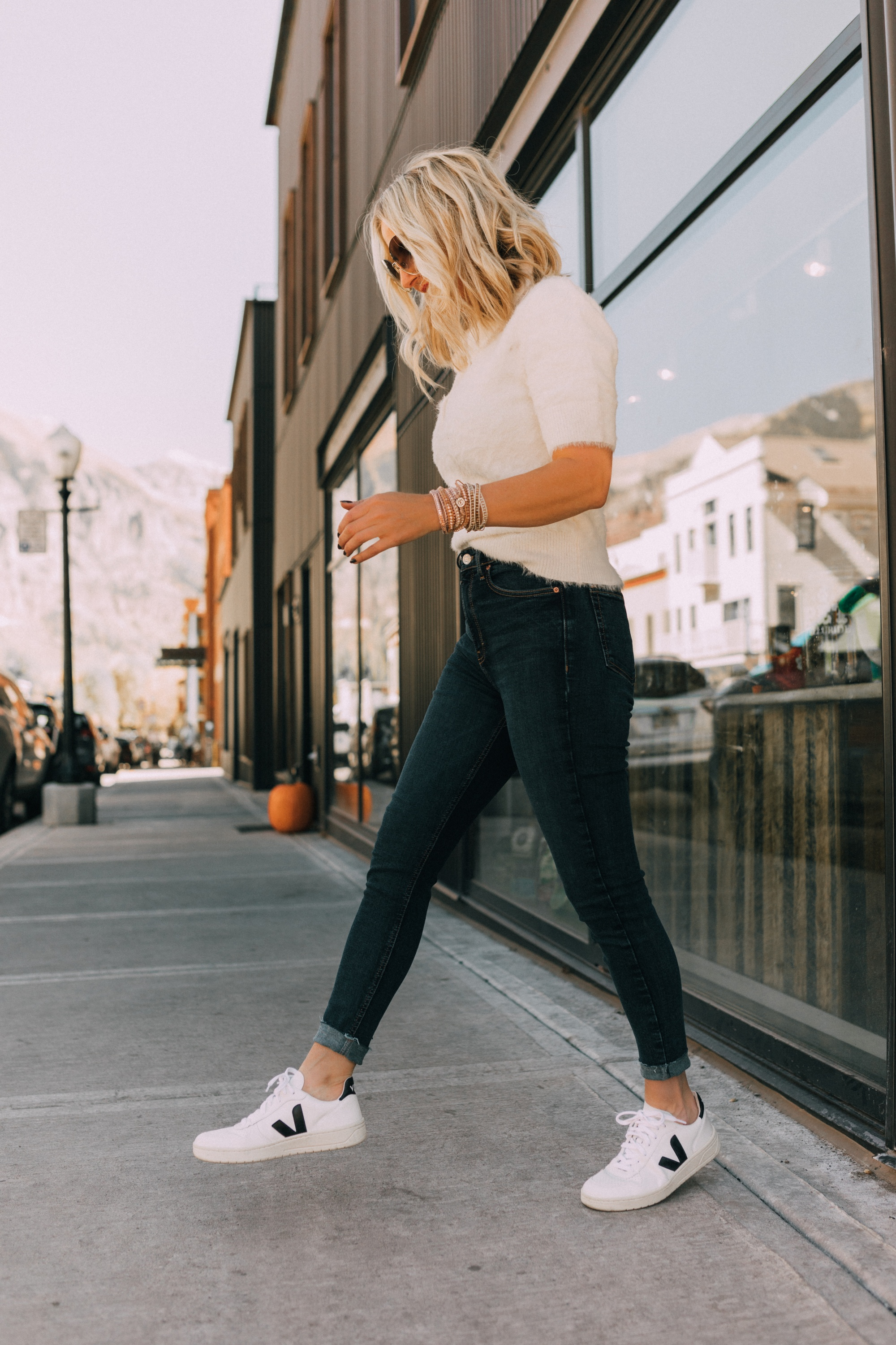 veja v-10 sneakers outfit, fashion blogger over 40 busbee style wearing white leather veja sneakers with white t shirt