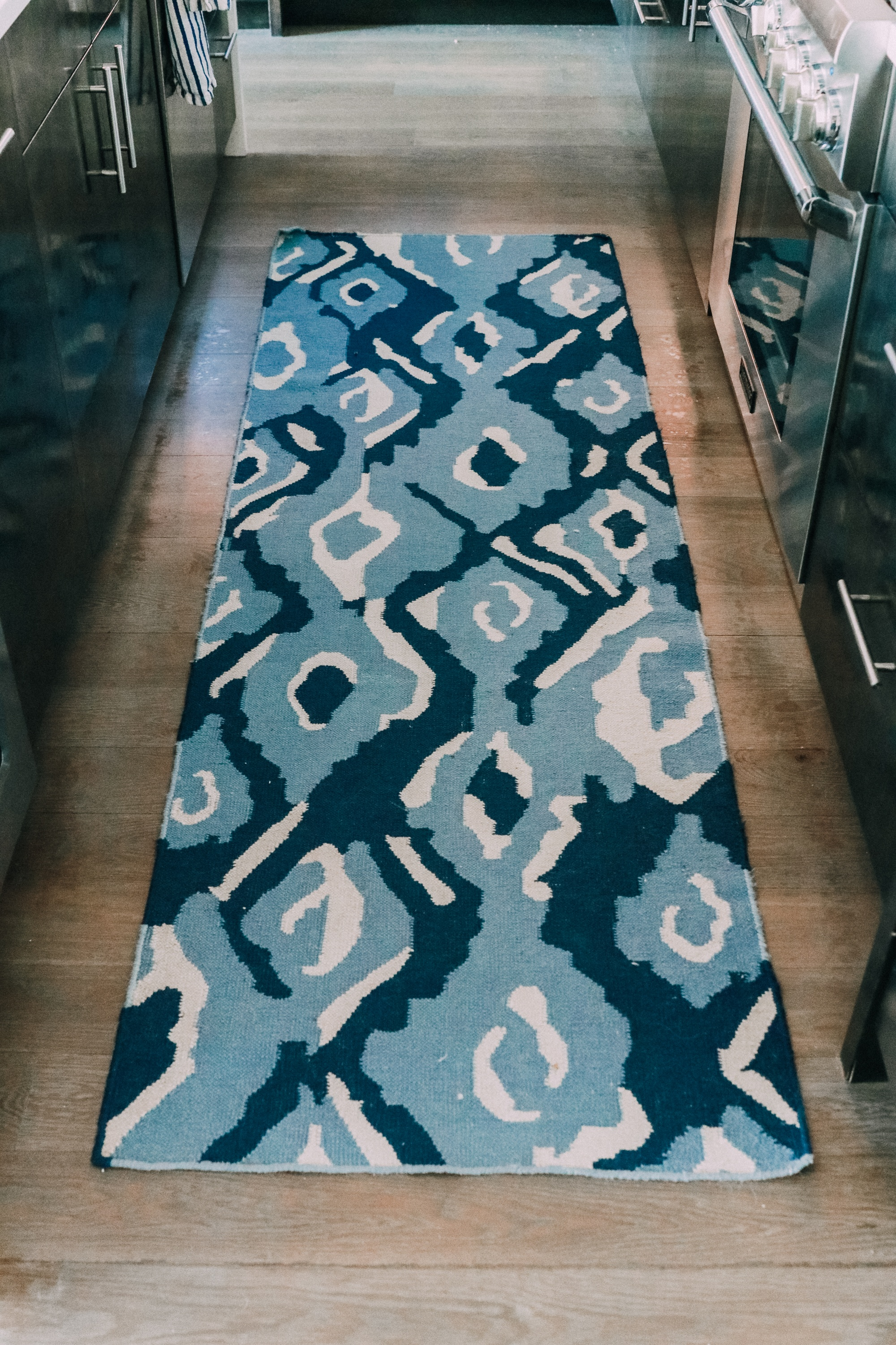 How To Pick A Kitchen Rug, Fashion blogger Erin Busbee of BusbeeStyle.com sharing how to pick the perfect kitchen rug for your space, plus her favorite kitchen runners and where to buy the best rugs. Sharing her blue abstract kitchen rug in her home in Telluride, Colorado