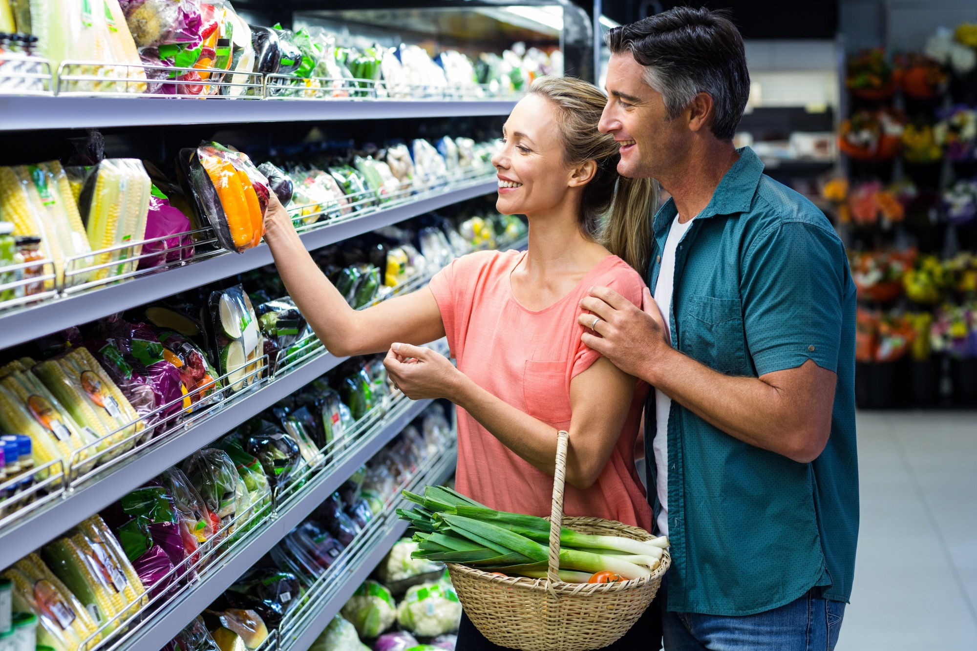 make time together, couple grocery shopping