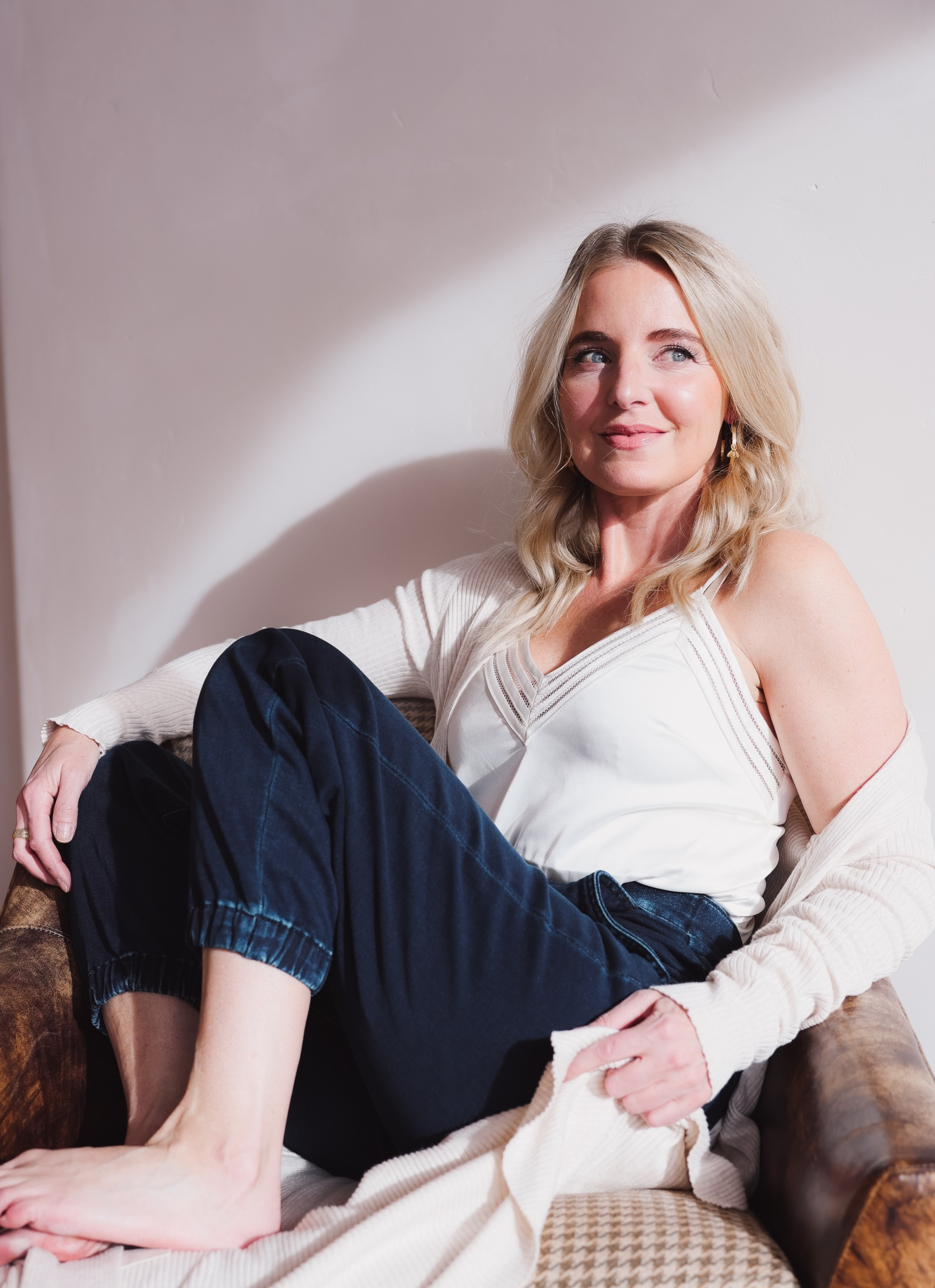 Express Sale, Erin Busbee of Busbee wearing denim joggers, a white satin cami, and long ribbed duster cardigan from Express in Telluride, Colorado