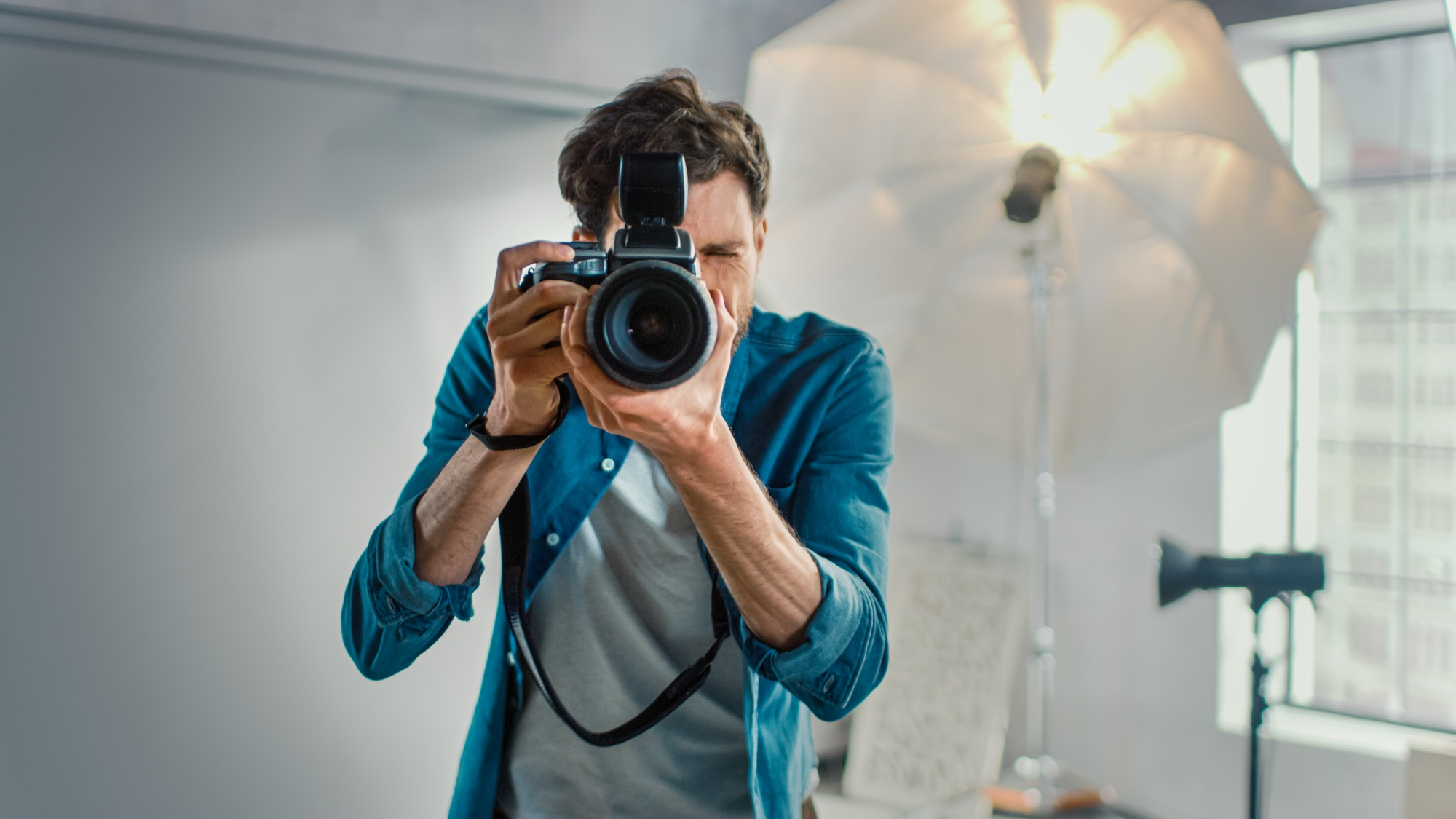 Perfect make-up steps for photo shoots, videos and Zoom calls Photographer taking a picture