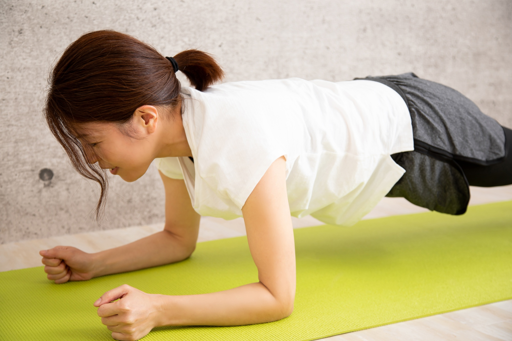 how to get rid of flabby arms, Asian woman in forearm plank