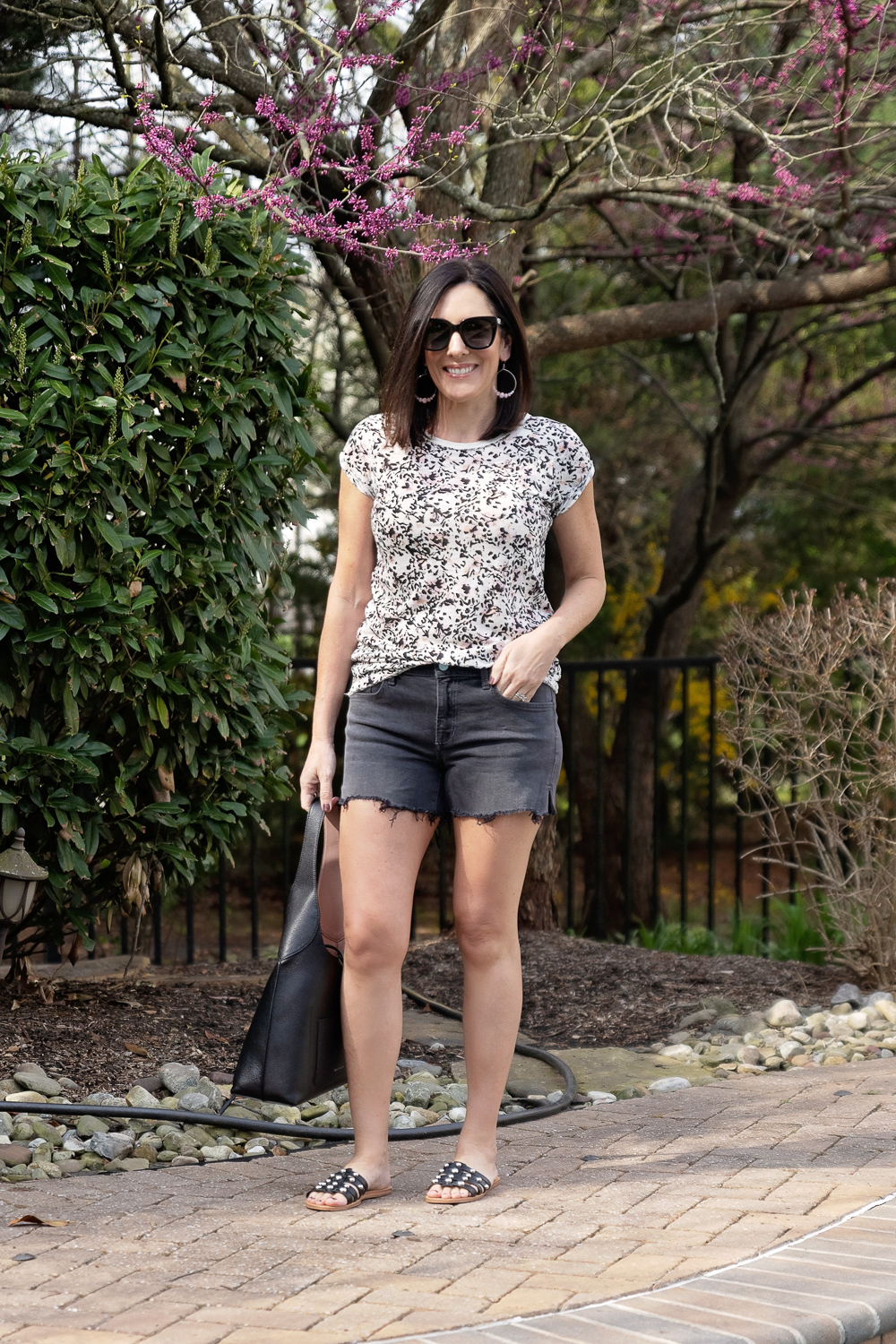 ways to wear shorts over 40, how to wear denim shorts, how to wear shorts over 40, jolynneshane