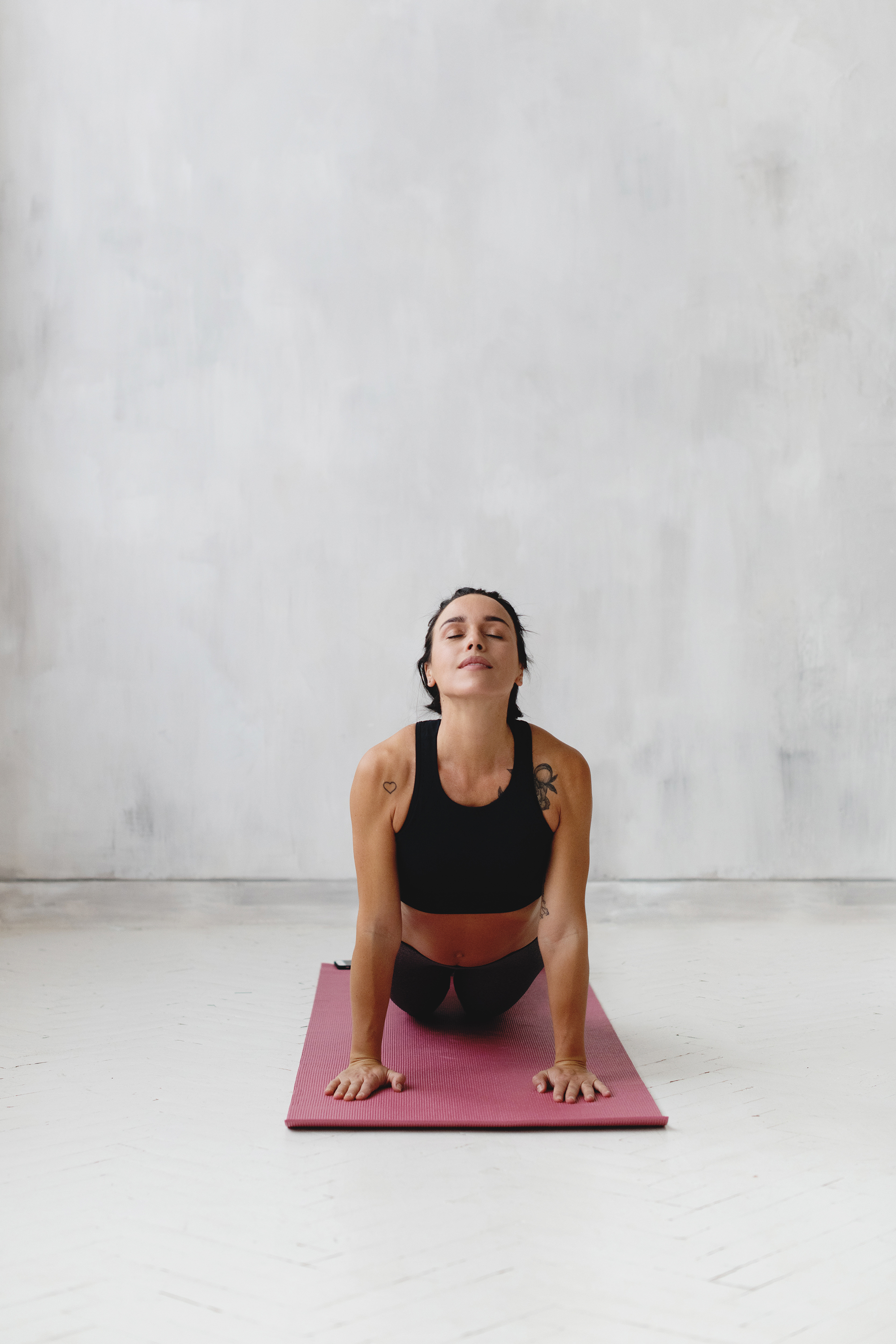 how to get rid of flabby arms, Woman on pink yoga mat in updog