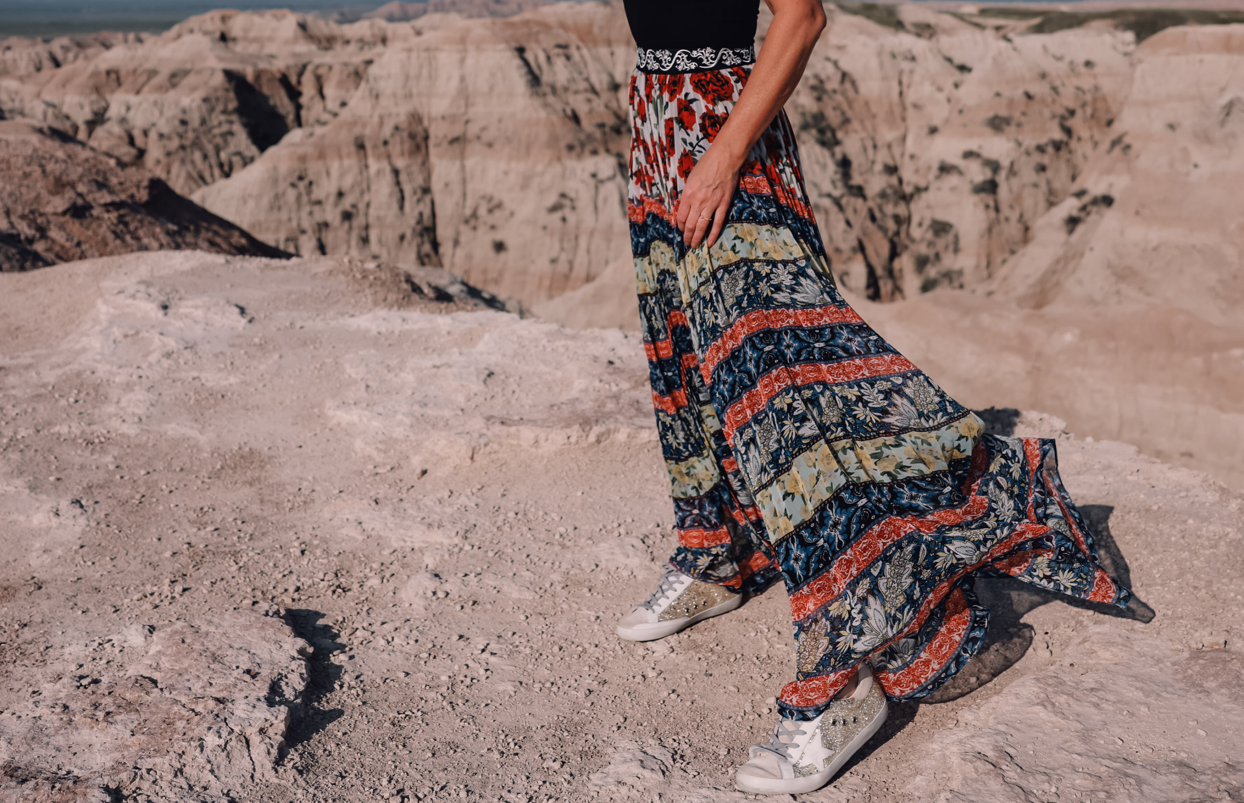 maxi skirts, maxi skirts over 40, printed pleatd maxi skirt, alice + olivia maxi skirt, erin busbee, how to wear maxi skirts, free people wire v-neck bodysuit,